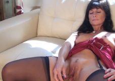 Mamytė masturbuojasi ant sofos
