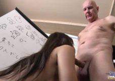 Senis grubiai dulkina japonę studentę savo storu pimpalu ir smaugia sekso metu nes jai patinka