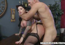 HD sekso ofise video: merginą su dideliais papais ir korsetu dulkina ant biuro stalo