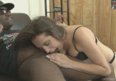 Pririšta prie lovos žmona čiulpia negrui juodą bybį