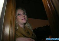 Jauna blondinė išdykauja ant sofos