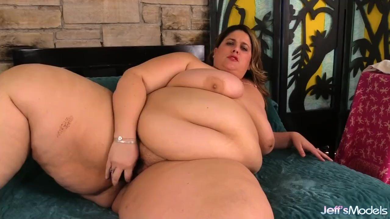 Storulė draugė masturbuojasi ant sofos