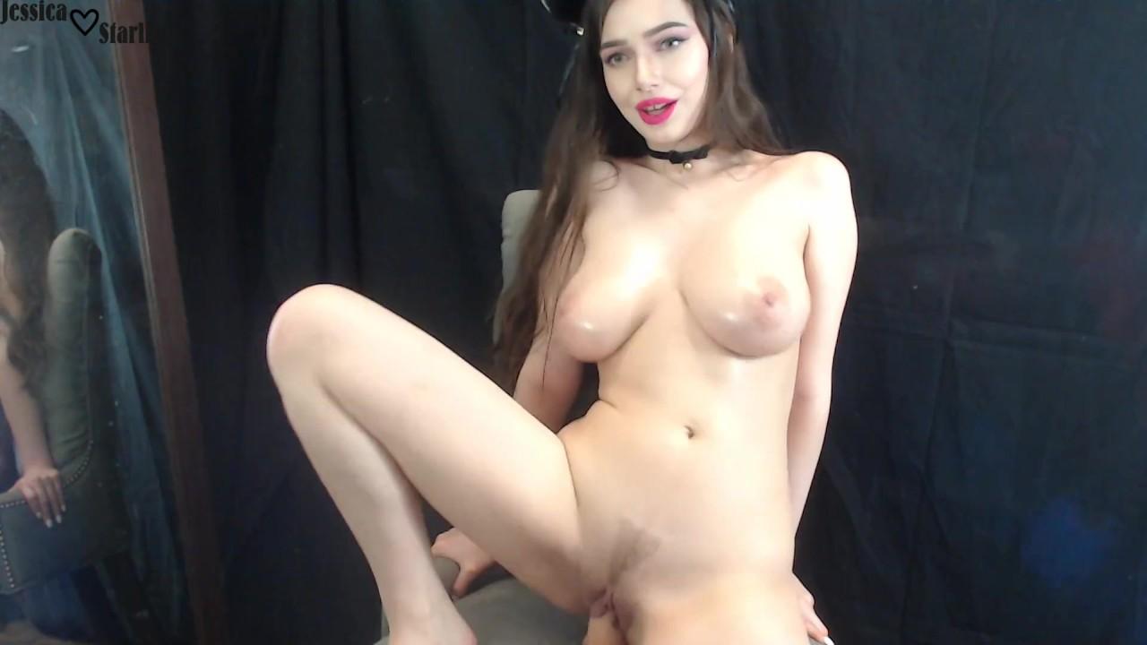 Mažulė parodo savo labai didelius papus per webcam ir užpakaliuką su nuoga pute