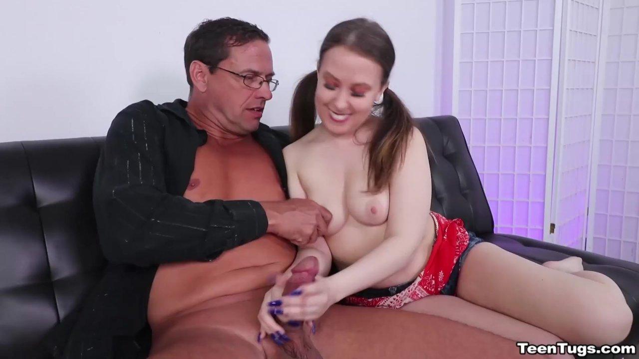 Tėtis dulkina savo dukrą lovoje, duoda jai čiulpti ir baigia į putę, nesakyk mamai