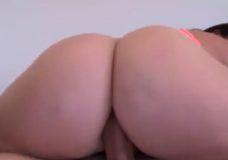 Ilgas ir juodas analinis seksas su savo mergina ant lovos miegamajame