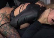 BDSM porno video su blondine ir pora vyrukų, kurie nesustodami dulkina per visus galus