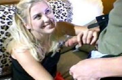 Blondinė mėgsta čiulpti didelius penius