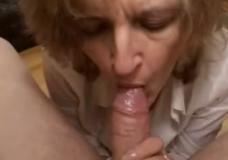Žiauri mama valgo spermą