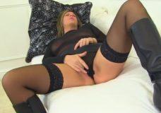Vyresnė mamytė su dideliais papais masturbuojasi lovoje iki orgazmo