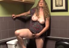 Mamytė dideliais papais masturbuojasi wc