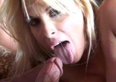 Dviejų mamyčių sekso orgija su daug spermos ant veido, kūno ir burnoje