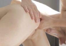 Sex masažo metu glamonėja merginą su nuskusta pute ir leidžia jai nuryti spermą