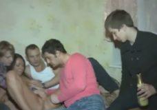 Stebi kaip trys vaikinai dulkina už pinigus draugę ir mėgaujasi vaizdeliu