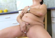 Močiutė masturbuojasi virtuvėje ir glosto savo apžėlusią putytę
