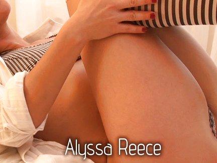 Porno aktorė glosto savo putytę lovoje ir kaišioja į save pirštus