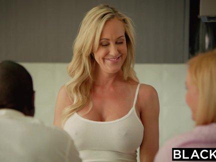 Blondinė mamytė mėgaujasi ilgu seksu su negro dideliu pimpalu namuose