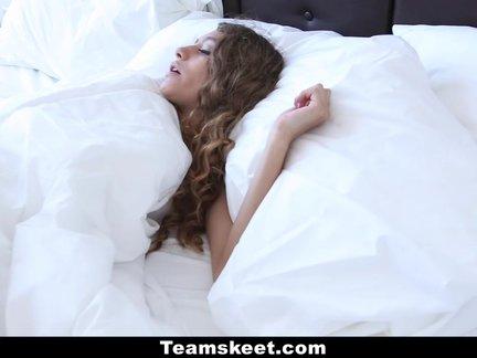 Rytinis greitukas lovoje su blondine pusesere kuri mėgsta čiulpti bybį ir spermos skonį