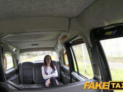 Sušalusi mergina su dideliais papais čiulpia taksi vairuotojui ir leidžia padulkinti užpakaliuką