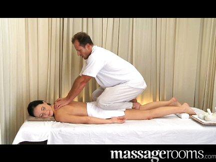 Sex masažas mamytei su apžėlusia putyte ir dideliais papais priveda iki puikaus orgazmo