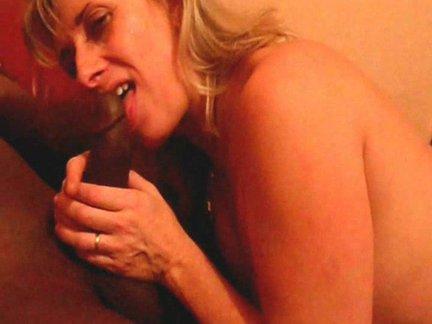 Blondinę prancūzę mamytę pasikeisdami dulkina du negra per visus galus sekso trise metu