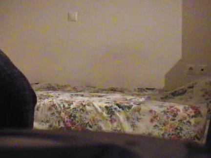 Paslepia kamerą ir slapta filmuoja kaip dulkina savo pusnuogę draugę miegamojo lovoje
