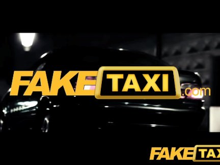 FakeTaxi raudonplaukę dulkina taksi automobilyje ir leidžia palaižyti penį