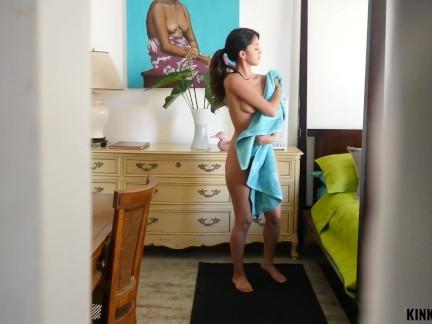 Brolis filmuoja kaip dulkina savo nuogą sesę (netikrą) lovoje ir duoda jai čiulpti