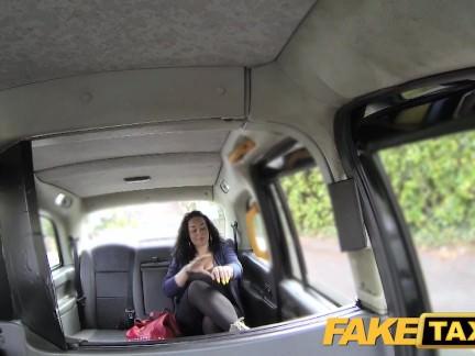 Taksi vairuotojas dulkina mažulę su labai dideliais papais ir plaukuota putyte