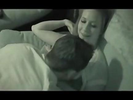 Vyras filmuoja kaip draugas lovoje dulkina žmoną su savo dideliu peniu