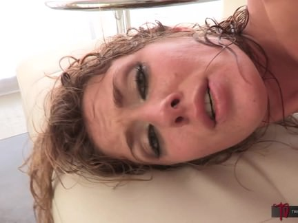 Porno aktorei patinka storas plaukuotas penis užpakalyje