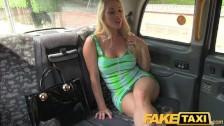 FakeTaxi blondinė ima giliai į burną