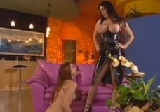 Valdovė pamoko savo mokinę kaip reikia dulkintis su mergina ir naudotis dildo
