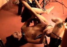 Dvi valdovės kankina vergę